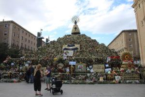 Altare di fiori per la festa della Madonna del Pilar