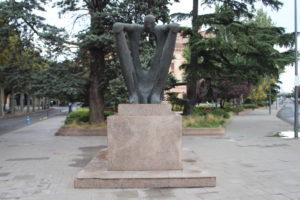 Buffa scultura in Plaça de la Pau Casals