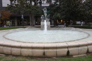 Fontana con dentro il Memoriale del Reducto del Pilar