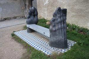Panchina tra due piedi di metallo