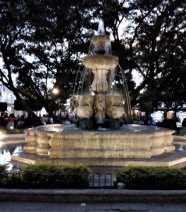 Fontana del Parque Central - vista notturna