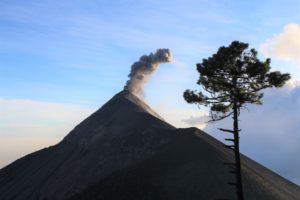 Il Vulcano Fuego inizia a fumare...
