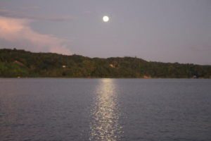 La luna si specchia sul Lago Peten Iztà
