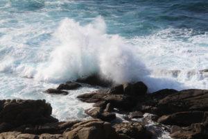 La potenza dell'Oceano Atlantico sulle tante rocce presenti