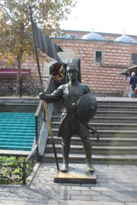 Una delle sculture in Piazza della Moschea Yeni
