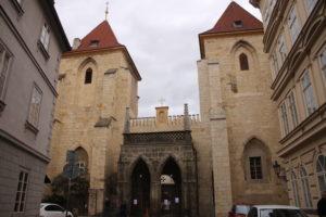 Chiesa di Santa Maria Sotto la Catena - ingresso fortificato