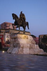 Statua Equestre di Skanderberg dopo il tramonto