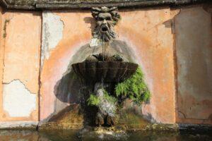 Fontana allingresso di Villa Torlonia - dettaglio