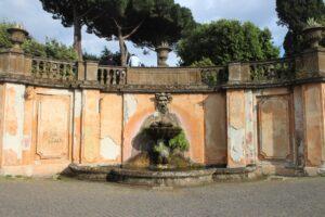 Fontana allingresso di Villa Torlonia - panoramica