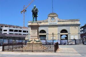 Statua di Luigi Orlando ed ingresso dello storico cantiere