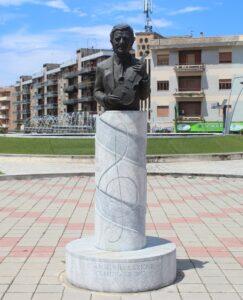 Statua di Mino Reitano