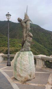 Statua di un Uomo con Pesce Spada