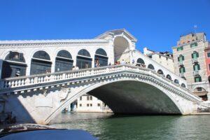 Ponte di Rialto da angolazione diversa