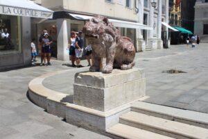 Uno dei due leoni di Piazzetta dei Leoncini