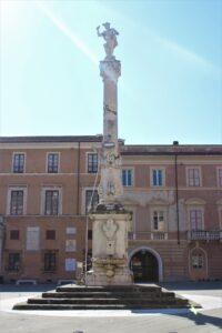 Colonna-Fontana con la Statua del dio Mercurio
