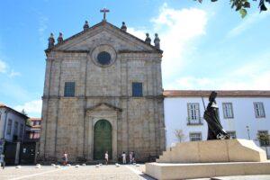 Largo Sao Paulo - la statua guarda la chiesa con devozione