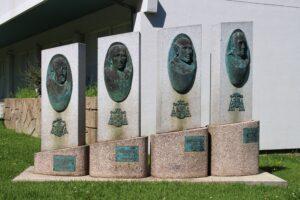 Monumento nel giardino di una casa di riposo