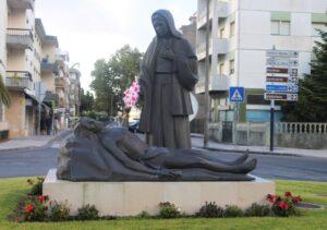 Statua Religiosa al centro di una rotonda stradale