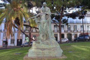 Statua de Eca de Queiros