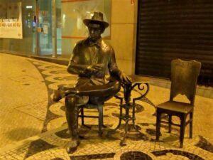 Statua di Fernando Pessoa