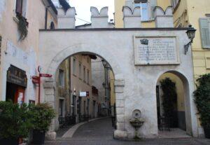 Arco di ingresso in Via Portici