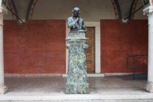 Statua di Clementino Vannetti