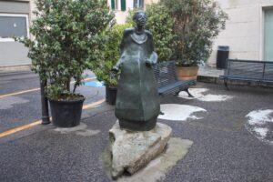Statua di Grazia Deledda