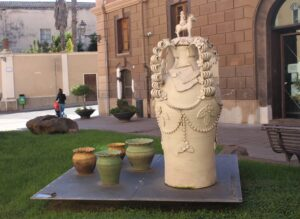Una delle installazioni di Oristano Città della Ceramica