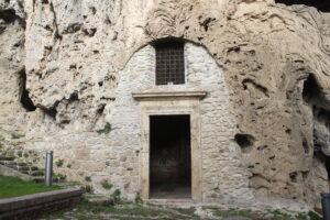 Eremi di San Benedetto - ingresso della cappella rupestre